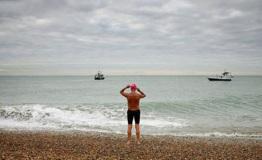 一男子横渡英吉利海峡失败距离终点只差15公里