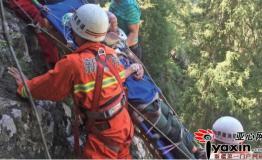新疆一驴友探险踩空滚落到悬崖边 用脚勾住崖边大树获救