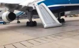 女乘客擅开飞机滑梯被拘12天 厦航:损失最低10万