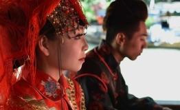 """女孩扮""""新娘""""一年结婚200次 真实身份系景区演出队打工者"""